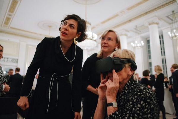 Elena Kountidou, Leiterin Kommunikation Konzerthaus Berlin, demonstriert die VR-Brille
